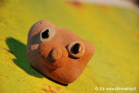 Piccole sculture di sassolini di mare