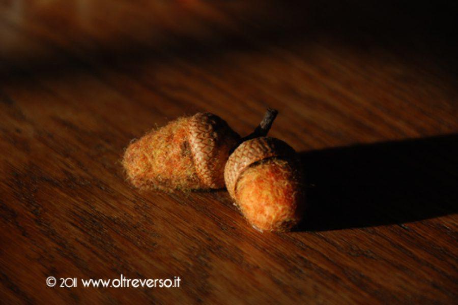 Ciondoli e spille con ghiande di lana e aiguillettage