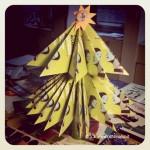 Albero di Natale realizzato per l'ufficio con volantini di riciclo