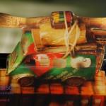 Scatola di un panettone riciclata decoupando un vecchio calendario