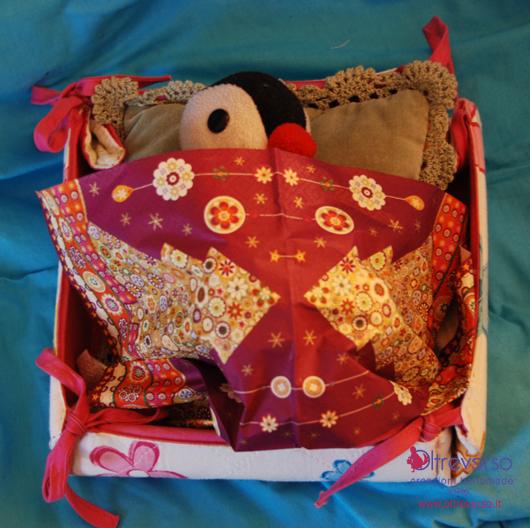 Lettino per bambole con il portapane di stoffa