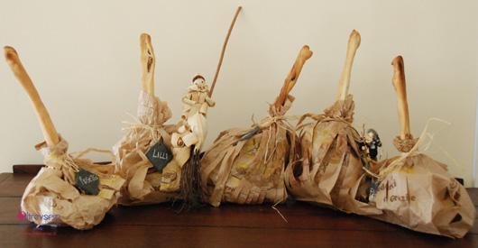 scopine della befana con i sacchetti di carta del pane e i grissini