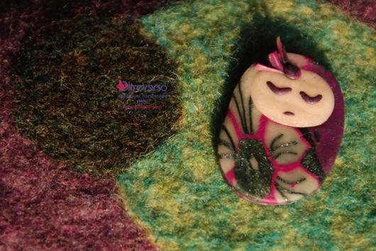 Spilla in fimo a forma di bambolina