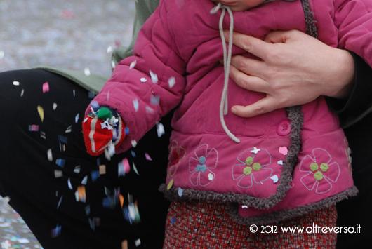Carnevale con pioggia di coriandoli con i bambini
