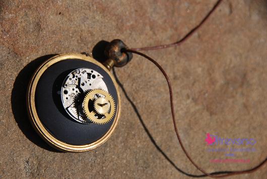 collana in fimo e vecchi meccanismi di orologi