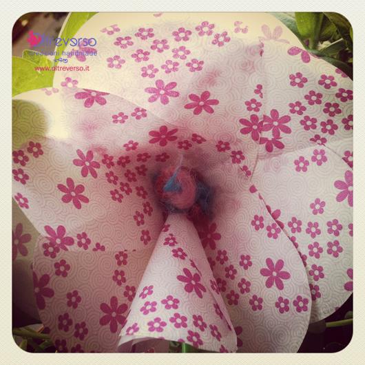 Fiore con carta proteggi-adesivo dei Carefree salvaslip
