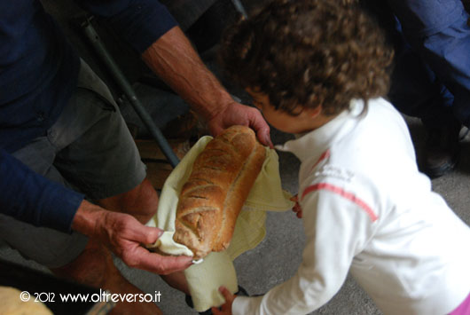 incidere il nome sul pane con i bambini