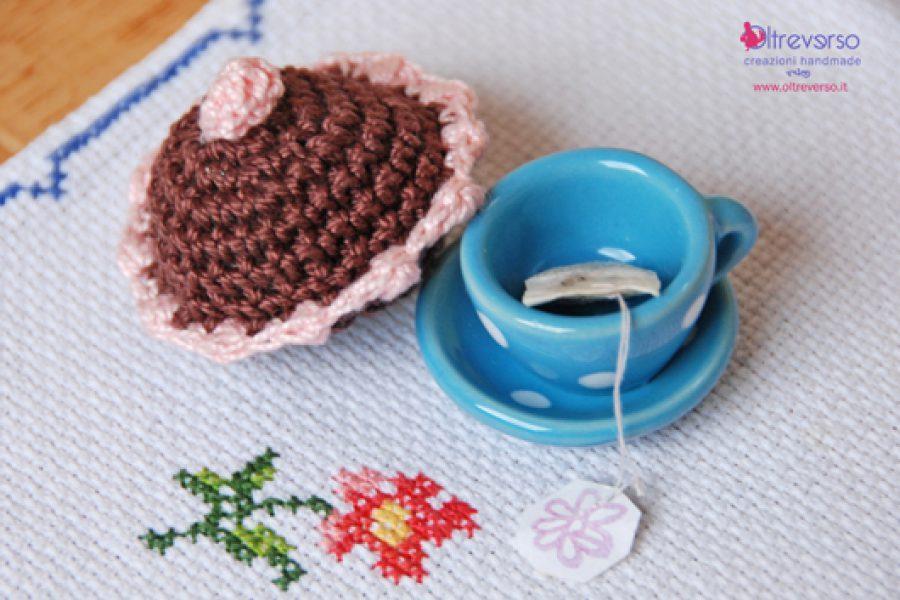 Dolcetti all'uncinetto per un tè insieme nel paese delle meraviglie