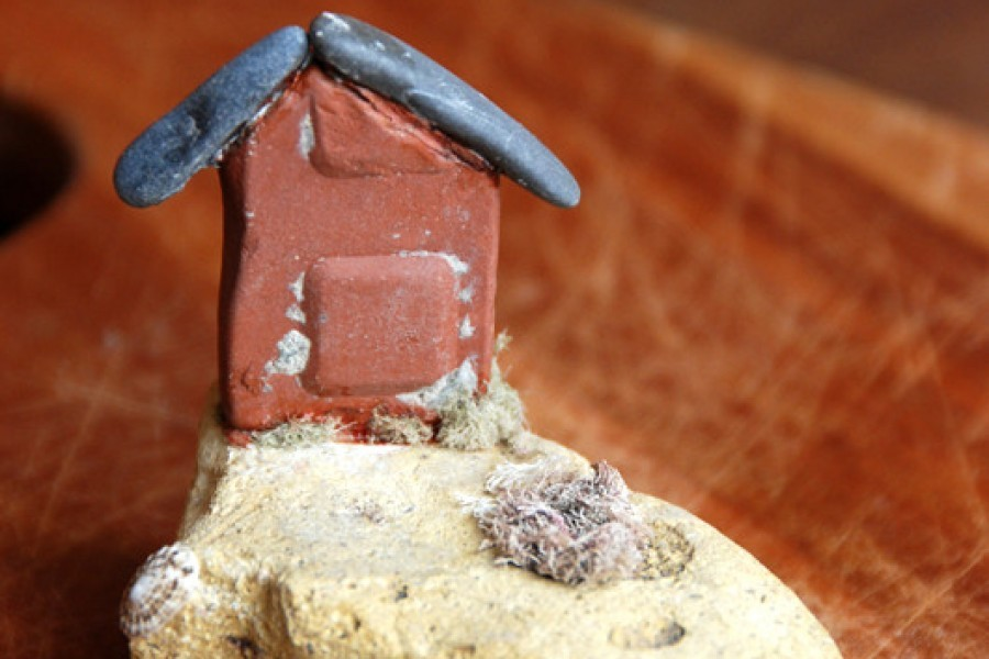 Una casa di pietra fai-da-te in riva al mare