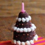 Una torta di buon compleanno all'uncinetto