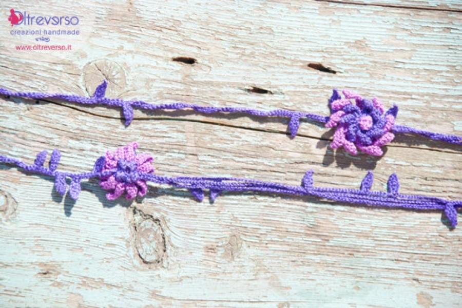 Una collana con fiori e foglie a crochet per riprendere energie