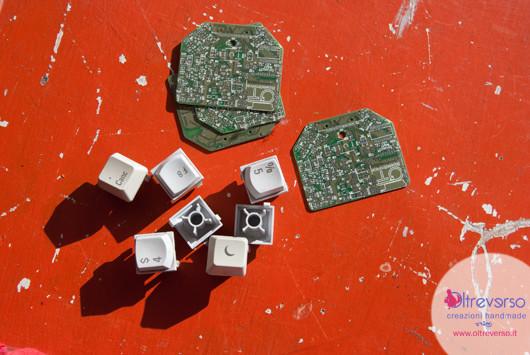 collana techno realizzata con schede elettroniche riciclate, tastiera computer, calamita frigorifero, stoffa + tutorial