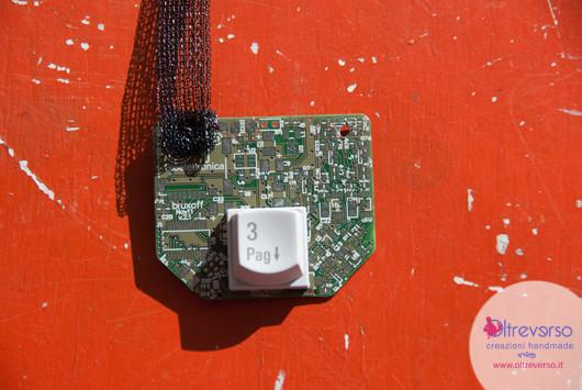 collana techno realizzata con schede elettroniche riciclate, tastiera computer, calamita frigorifero, stoffa