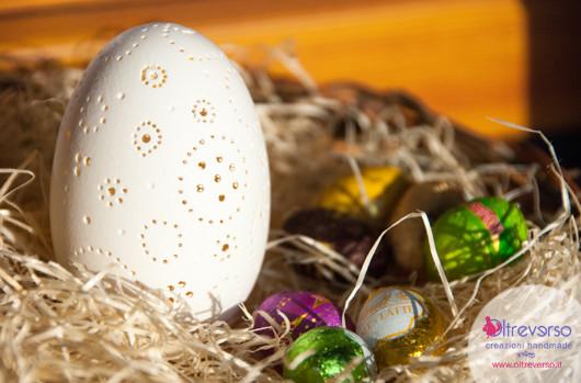 Traforare le uova d'oca per decorarle per Pasqua con il trapano