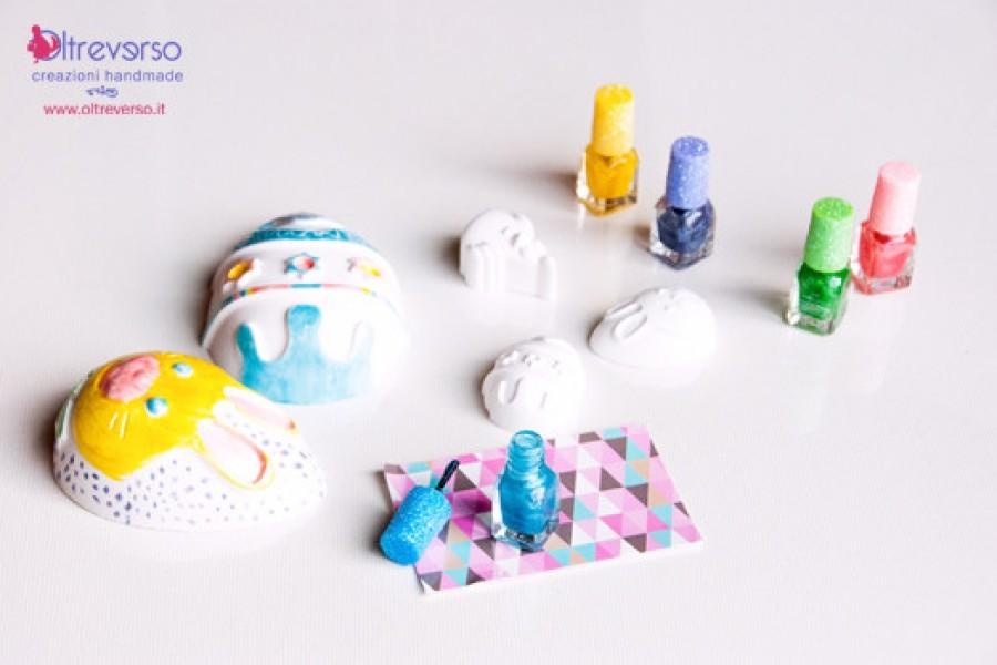 Uova e conigli di Pasqua con lo smalto e la polvere di ceramica: il tutorial