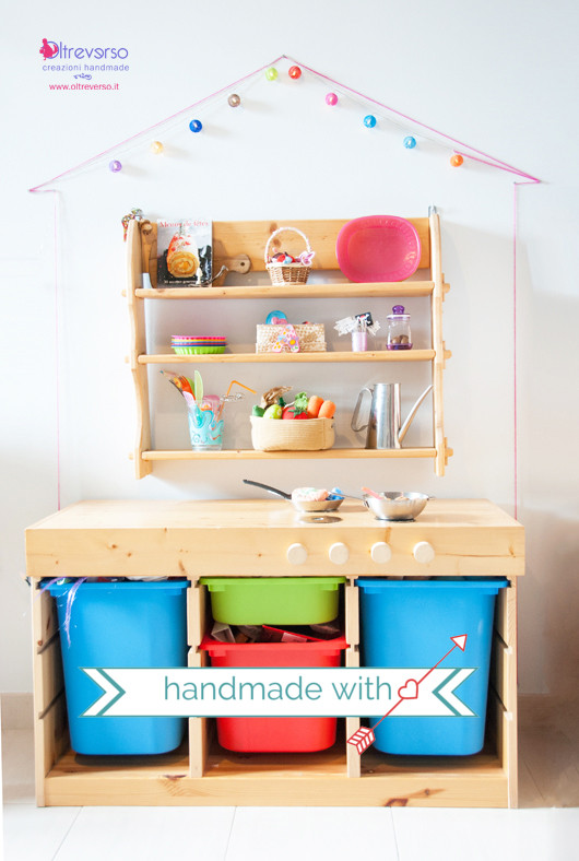 Una cucina in legno fai da te per i bambini in una casa di lucine