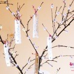 Guest book tree per i matrimoni country chic con fiori di melo a crochet