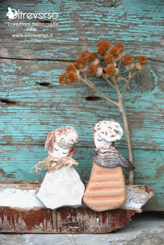 Scultura di sassi, conchiglie e legnetti raccolti sulla spiaggia