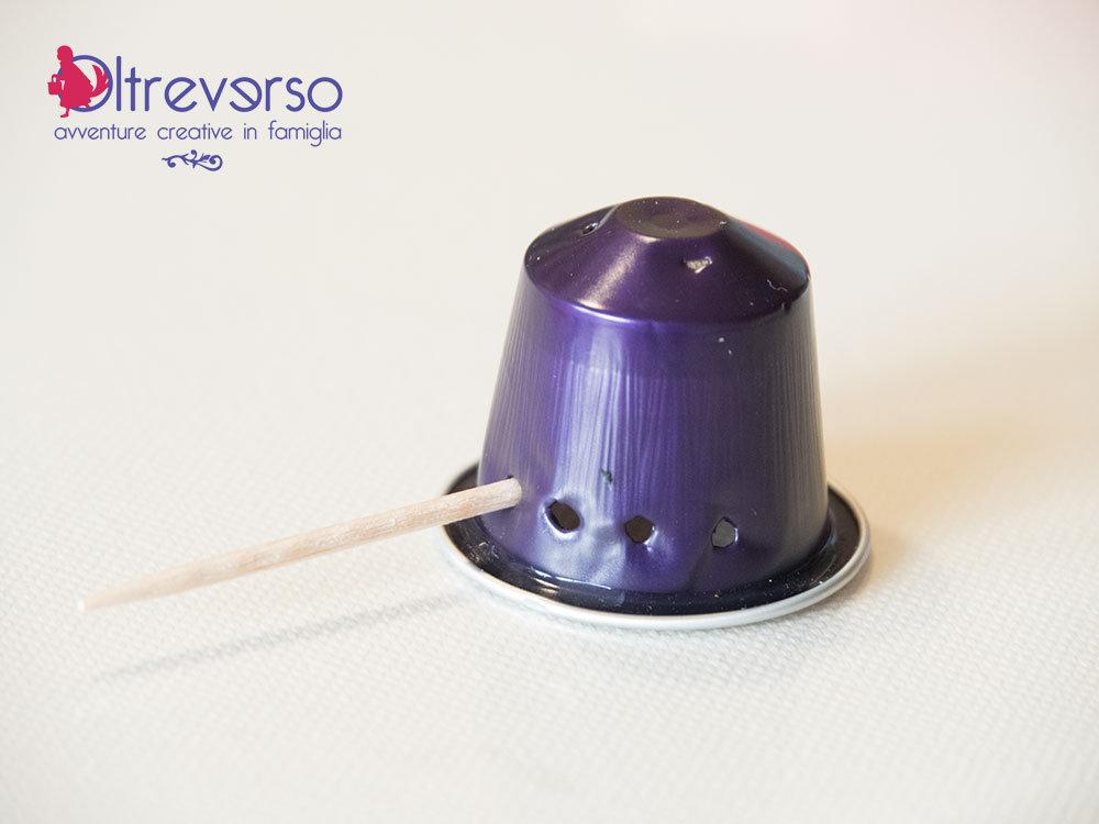 tutorial per riciclare le capsule nespresso esauste realizzando una spilla a ragno per Halloween - 1