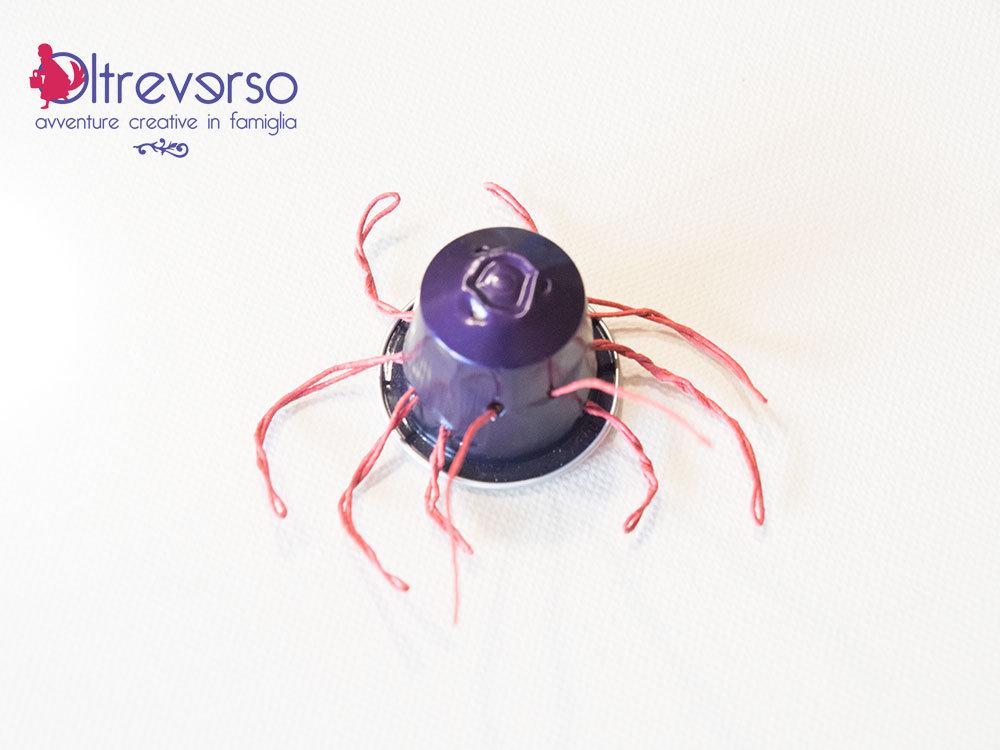 tutorial per ragno di Halloween realizzato riciclando le capsule del caffè nespresso - 3