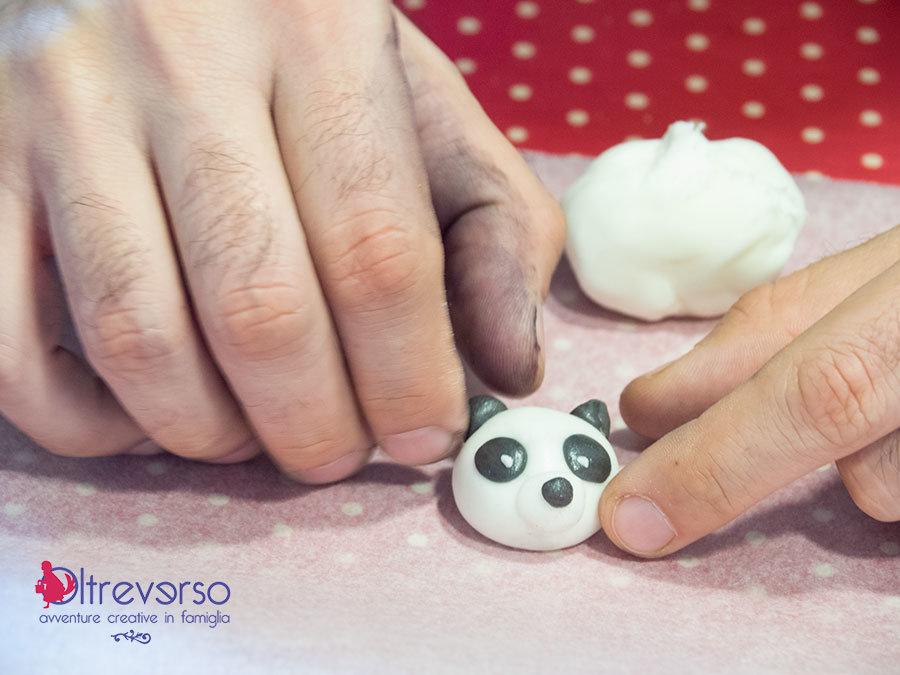 modellare la pasta di zucchero per fare un panda