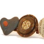Anelli con sassi, bottoni, vecchie carte