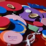 Giochi per i bambini con i ritagli di cartoncino e crepla