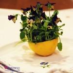 Un segnaposto fiorito per la tavola pasquale