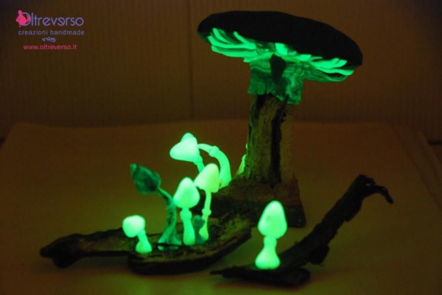 Un fungo in fimo, con zenzero, sassi, un legnetto del mare per lo swap Amanite Ammattite