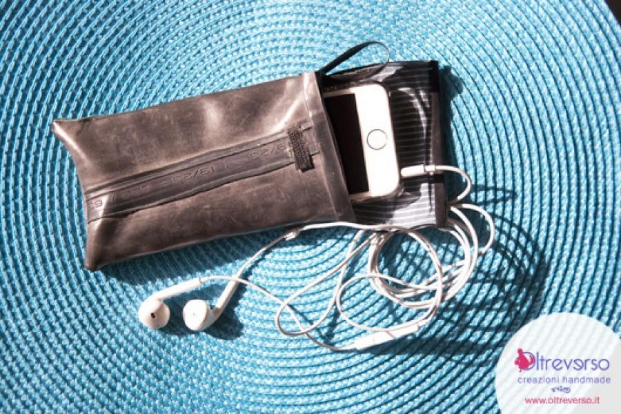 Una cover per iphone e smartphone riciclando e cucendo la camera d'aria della bici