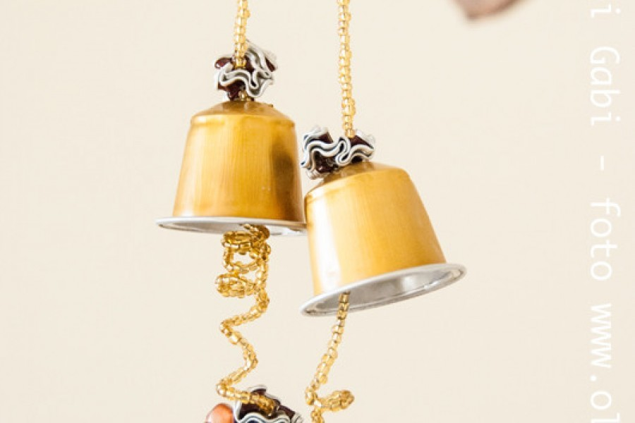 La campana di Pasqua con le capsule del caffè